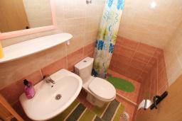Ванная комната. Черногория, Будва : Апартамент на первом этаже с двумя спальнями и террасой