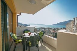 Балкон. Черногория, Игало : Дуплекс апартамент в 100 метрах от пляжа, с гостиной, двумя спальнями и балконом с видом на море