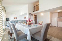 Обеденная зона. Черногория, Игало : Дуплекс апартамент в 100 метрах от пляжа, с гостиной, двумя спальнями и балконом с видом на море