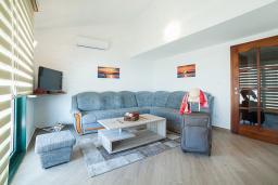 Гостиная. Черногория, Игало : Дуплекс апартамент в 100 метрах от пляжа, с гостиной, двумя спальнями и балконом с видом на море
