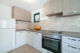 Кухня. Черногория, Игало : Дуплекс апартамент в 100 метрах от пляжа, с гостиной, двумя спальнями и балконом с видом на море