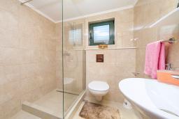 Ванная комната. Черногория, Игало : Дуплекс апартамент в 100 метрах от пляжа, с гостиной, двумя спальнями и балконом с видом на море