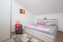 Спальня. Черногория, Игало : Дуплекс апартамент в 100 метрах от пляжа, с гостиной, двумя спальнями и балконом с видом на море