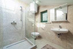 Ванная комната 2. Черногория, Игало : Дуплекс апартамент в 100 метрах от пляжа, с гостиной, двумя спальнями и балконом с видом на море