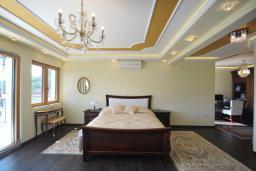 Спальня. Черногория, Петровац : Роскошная вилла с видом на море, бассейном, зеленым двориком с барбекю, большой гостиной, 3-мя спальнями, 3-мя ванными комнатами, парковкой, джакузи, Wi-Fi