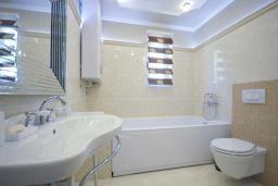 Ванная комната. Черногория, Петровац : Роскошная вилла с видом на море, бассейном, зеленым двориком с барбекю, большой гостиной, 3-мя спальнями, 3-мя ванными комнатами, парковкой, джакузи, Wi-Fi