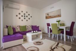 Гостиная. Черногория, Бечичи : Апартамент с отдельной спальней, с балконом