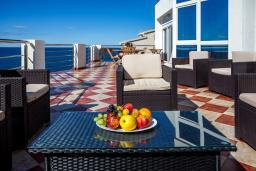 Патио. Черногория, Добра Вода : 3-х этажный дом в Добра Вода, площадью 450м2 с 7-ю спальнями, с 4-ю ванными комнатами, с 2-мя большими гостиными, с большим бассейном, с террас открывается шикарный вид на море, с местом для барбекю