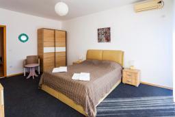 Спальня. Черногория, Добра Вода : 3-х этажный дом в Добра Вода, площадью 450м2 с 7-ю спальнями, с 4-ю ванными комнатами, с 2-мя большими гостиными, с большим бассейном, с террас открывается шикарный вид на море, с местом для барбекю