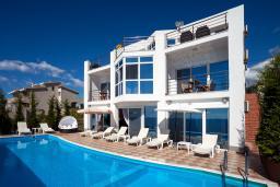 Фасад дома. Черногория, Добра Вода : 3-х этажный дом в Добра Вода, площадью 450м2 с 7-ю спальнями, с 4-ю ванными комнатами, с 2-мя большими гостиными, с большим бассейном, с террас открывается шикарный вид на море, с местом для барбекю
