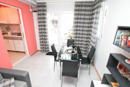 Гостиная. Черногория, Игало : Апартамент с отдельной спальней, с террасой, 20 метров до моря