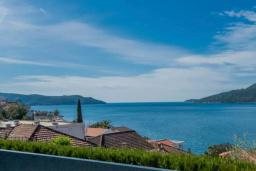 Вид на море. Черногория, Герцег-Нови : Шикарная вилла с видом на море и в 100 метрах от пляжа, 3 спальни, 2 ванные комнаты, джакузи, зеленый дворик, Wi-Fi