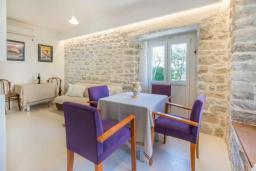 Обеденная зона. Черногория, Герцег-Нови : Шикарная вилла с видом на море и в 100 метрах от пляжа, 3 спальни, 2 ванные комнаты, джакузи, зеленый дворик, Wi-Fi