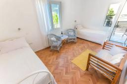 Спальня 2. Черногория, Герцег-Нови : Шикарная вилла с видом на море и в 100 метрах от пляжа, 3 спальни, 2 ванные комнаты, джакузи, зеленый дворик, Wi-Fi