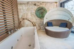 Ванная комната. Черногория, Герцег-Нови : Шикарная вилла с видом на море и в 100 метрах от пляжа, 3 спальни, 2 ванные комнаты, джакузи, зеленый дворик, Wi-Fi
