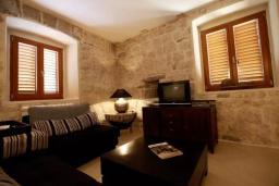 Гостиная. Черногория, Доброта : Апартамент возле пляжа с большой гостиной и отдельной спальней