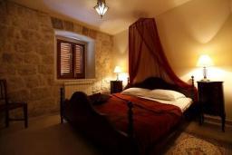 Спальня. Черногория, Доброта : Апартамент возле пляжа с большой гостиной и отдельной спальней