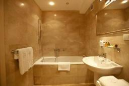 Ванная комната. Черногория, Доброта : Апартамент возле пляжа с большой гостиной и отдельной спальней