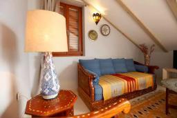 Гостиная. Черногория, Доброта : Апартамент с балконом и шикарным видом на море, большая гостиная, отдельная спальня