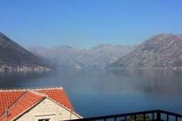 Вид на море. Черногория, Доброта : Апартамент с балконом и шикарным видом на море, большая гостиная, отдельная спальня