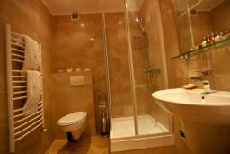 Ванная комната. Черногория, Доброта : Апартамент с балконом и шикарным видом на море, большая гостиная, отдельная спальня