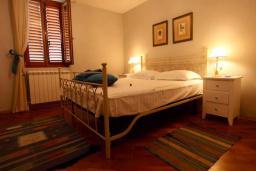 Спальня. Черногория, Доброта : Апартамент с балконом и шикарным видом на море, большая гостиная, отдельная спальня