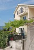 Фасад дома. Черногория, Герцег-Нови : Прекрасная вилла с видом на море, 4 спальни, 3 ванные комнаты, зеленый дворик, парковка
