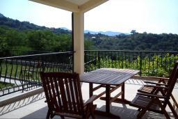 Терраса. Черногория, Герцег-Нови : Прекрасная вилла с видом на море, 4 спальни, 3 ванные комнаты, зеленый дворик, парковка