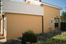Фасад дома. Черногория, Герцег-Нови : Современная вилла с видом на море, 3 спальни, 2 ванные комнаты, зеленый дворик, парковка, Wi-Fi