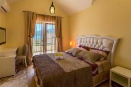 Спальня. Черногория, Дженовичи : Шикарный дуплекс апартамент в 100 метрах от пляжа, 2 гостиные, 3 спальни, 2 ванные комнаты, вид на море