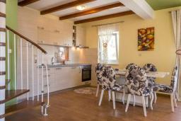 Кухня. Черногория, Дженовичи : Шикарный дуплекс апартамент в 100 метрах от пляжа, 2 гостиные, 3 спальни, 2 ванные комнаты, вид на море