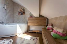 Ванная комната 2. Черногория, Дженовичи : Шикарный дуплекс апартамент в 100 метрах от пляжа, 2 гостиные, 3 спальни, 2 ванные комнаты, вид на море