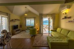 Гостиная. Черногория, Дженовичи : Шикарный дуплекс апартамент в 100 метрах от пляжа, 2 гостиные, 3 спальни, 2 ванные комнаты, вид на море