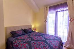 Спальня. Черногория, Дженовичи : Современный апартамент в 100 метрах от моря, с гостиной, двумя спальнями и балконом