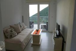 Гостиная. Черногория, Жанице / Мириште : Апартамент с гостиной, отдельной спальней и балконом с шикарным видом на море