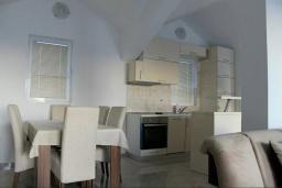 Кухня. Черногория, Жанице / Мириште : Апартамент с большой гостиной, 2-мя спальнями, 2-мя ванными комнатами и балконом с шикарным видом на море
