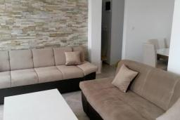 Гостиная. Черногория, Жанице / Мириште : Апартамент с большой гостиной, 2-мя спальнями, 2-мя ванными комнатами и балконом с шикарным видом на море