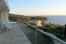 Балкон. Черногория, Жанице / Мириште : Апартамент с большой гостиной, 2-мя спальнями, 2-мя ванными комнатами и балконом с шикарным видом на море