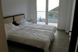 Спальня. Черногория, Жанице / Мириште : Апартамент с большой гостиной, 2-мя спальнями, 2-мя ванными комнатами и балконом с шикарным видом на море