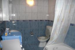 Ванная комната. Черногория, Прчань : Уютный дом недалеко от пляжа, патио с красивым видом на море, 2 спальни, парковка, Wi-Fi