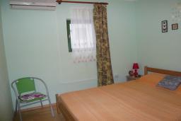 Спальня. Черногория, Прчань : Уютный дом недалеко от пляжа, патио с красивым видом на море, 2 спальни, парковка, Wi-Fi