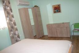 Спальня 2. Черногория, Прчань : Уютный дом недалеко от пляжа, патио с красивым видом на море, 2 спальни, парковка, Wi-Fi