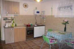 Кухня. Черногория, Прчань : Уютный дом недалеко от пляжа, патио с красивым видом на море, 2 спальни, парковка, Wi-Fi