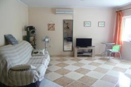 Гостиная. Черногория, Прчань : Уютный дом недалеко от пляжа, патио с красивым видом на море, 2 спальни, парковка, Wi-Fi