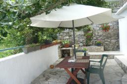 Терраса. Черногория, Прчань : Уютный дом недалеко от пляжа, патио с красивым видом на море, 2 спальни, парковка, Wi-Fi