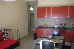 Кухня. Черногория, Утеха : Апартамент в 70 метрах от пляжа, с гостиной, отдельной спальней и балконом с шикарным видом на море