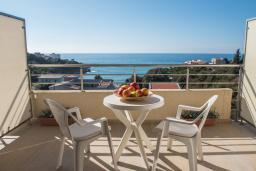 Балкон. Черногория, Утеха : Апартамент в 70 метрах от пляжа, с гостиной, отдельной спальней и балконом с шикарным видом на море