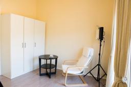 Спальня. Черногория, Утеха : Апартамент в 70 метрах от пляжа, с гостиной, отдельной спальней и балконом с шикарным видом на море