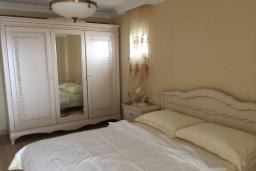 Спальня. Черногория, Риека Режевичи : Роскошный апартамент в комплексе с бассейном и зеленым двориком, с гостиной, отдельной спальней и балконом с видом на море