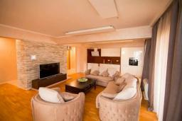 Гостиная. Черногория, Бечичи : Современный апартамент в 100 метрах от пляжа, с просторной гостиной, тремя спальнями, двумя ванными комнатами и большим балконом с шикарным видом на море
